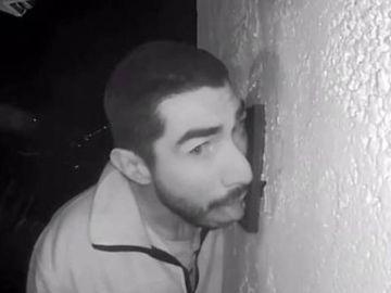 Detienen a un hombre que estuvo lamiendo el timbre de una casa familiar durante tres horas