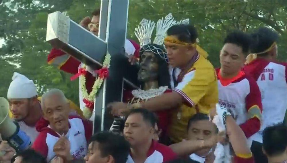 """Más de 100 mil personas se pegan por tocar al """"Nazareno negro"""""""