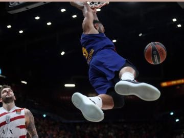 Adam Hanga machaca la canasta del Olimpia Milan