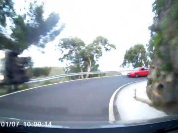 Milagro en Gran Canaria: su vehículo se sale de la vía y el quitamiedos y un árbol evitan que caiga por un precipicio.