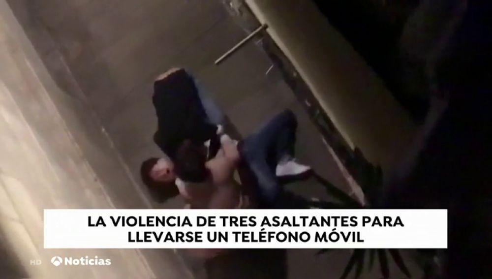 Asaltan con mucha violencia a un turista para robarle un teléfono móvil