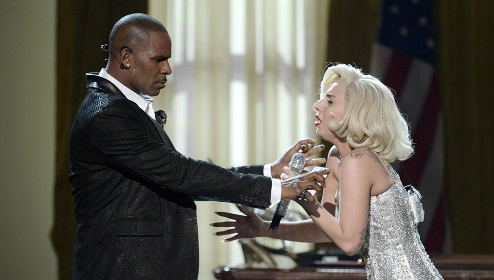 R. Kelly y Lady Gaga durante una actuación
