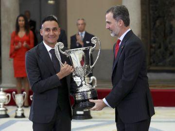 Keylor Navas recibe el premio a manos del Rey Felipe VI