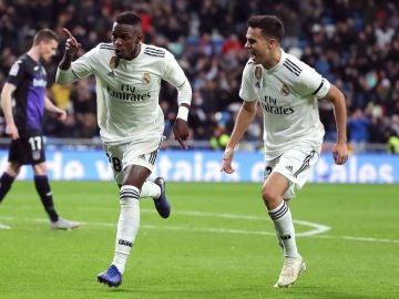 Reguilón celebra con Vinicius el gol del brasileño