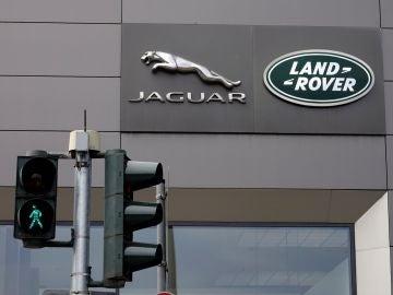 El logotipo de la compañía inglesa de automoción Jaguar Land Rover