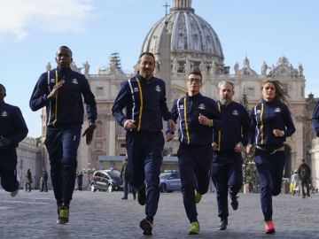 Integrantes de Vatican Athletics en la Plaza de San Pedro