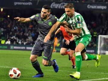 Joaquín Sánchez lucha por un balón con Joseba Zaldua