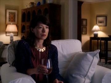 Kelly es asesinada por hablar del vuelo 828 en televisión