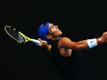 Nadal realiza un saque en su preparación para el Open de Australia