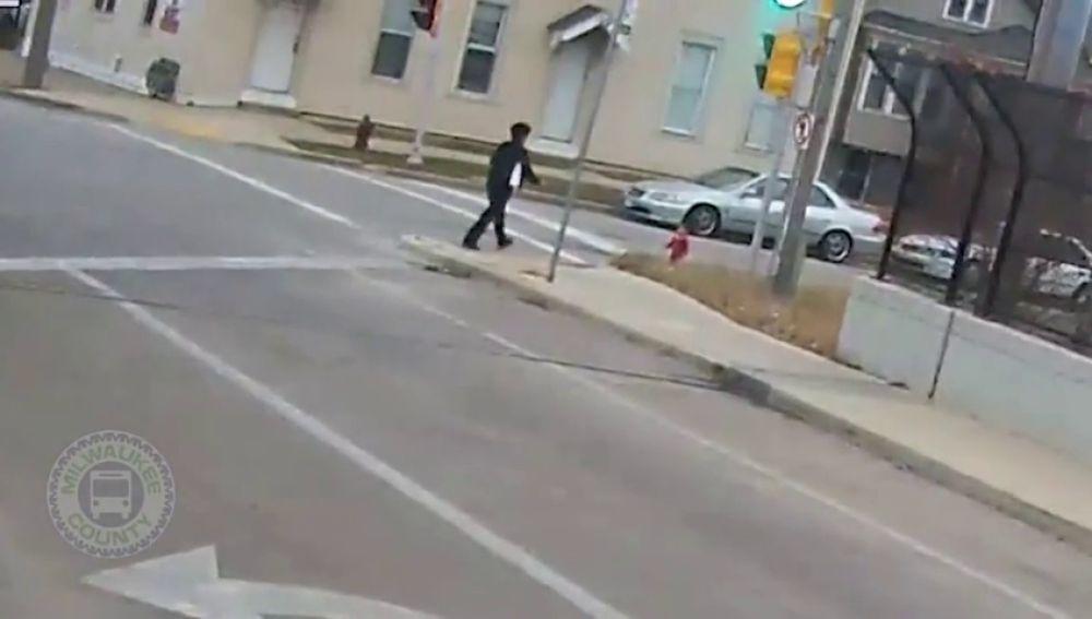Una conductora detiene y se baja de su autobús para rescatar a un bebé que deambulaba solo y descalzo por la calle
