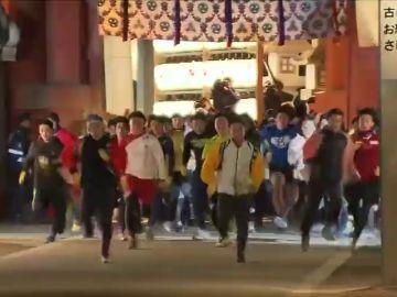 Cerca de 5000 japoneses corren para ser el hombre más afortunado del nuevo año