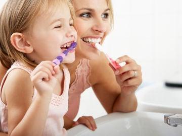 Niña lavándose los dientes