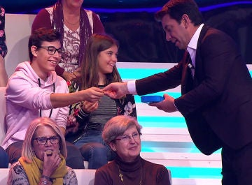 Arturo Valls reparte galletas al público de 'Ahora caigo'
