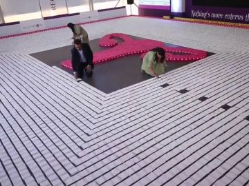 India bate un récord Guiness reivindicativo creando un dibujo con más de 10.000 compresas