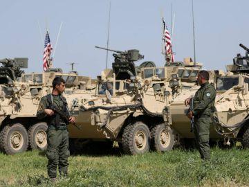 Milicianos Kurdos en Siria junto con vehículos militares estadounidenses
