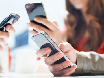 Usuarios con sus móviles