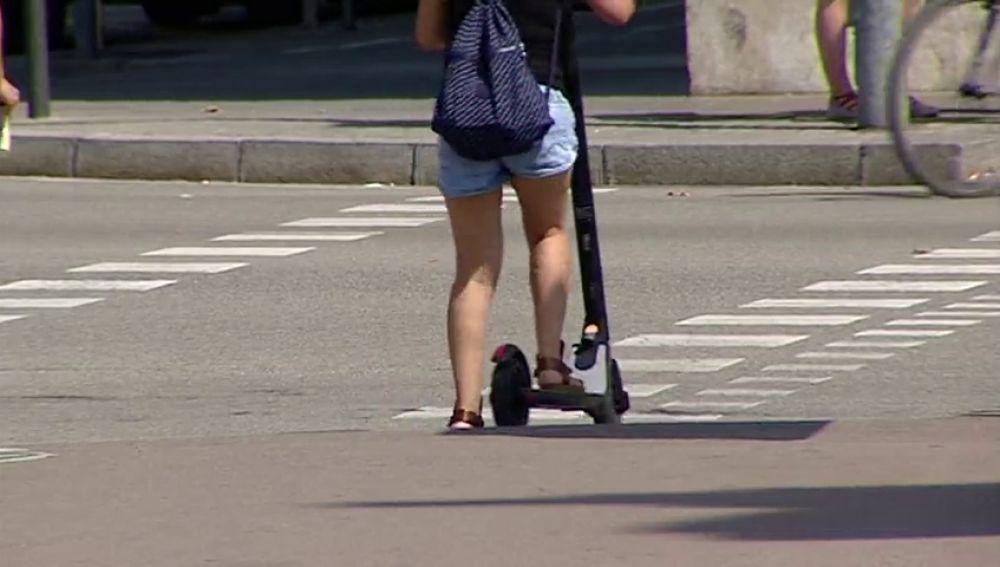 Ciudadano en un patinete