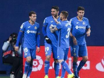 Los jugadores del Getafe celebran el gol de Jorge Molina contra el Villarreal