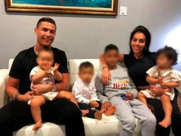 Cristiano Ronaldo y Georgina con sus hijos