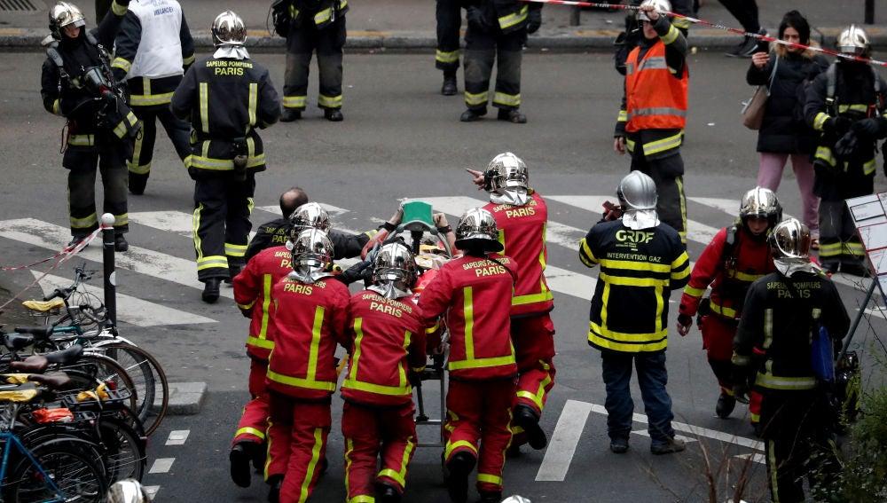 Los bomberos trasladan a uno de los heridos