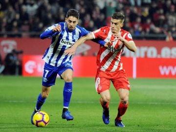 Sobrino y Pons se disputan la posesión del balón