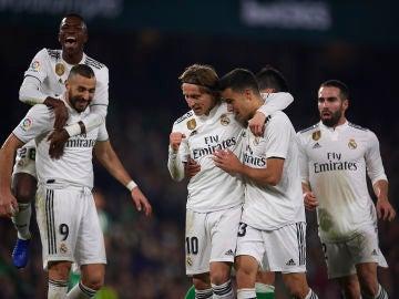 Los jugadores del Real Madrid celebran el gol de Modric contra el Betis