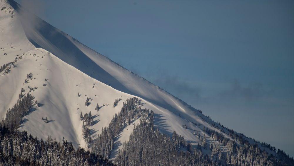 El viento desprende la nieve de una montaña en St Johann am Tauern (Austria)