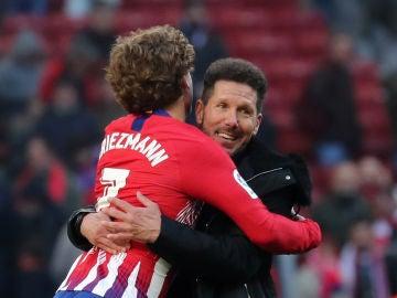 Griezmann se abraza con Simeone en el partido contra el Levante
