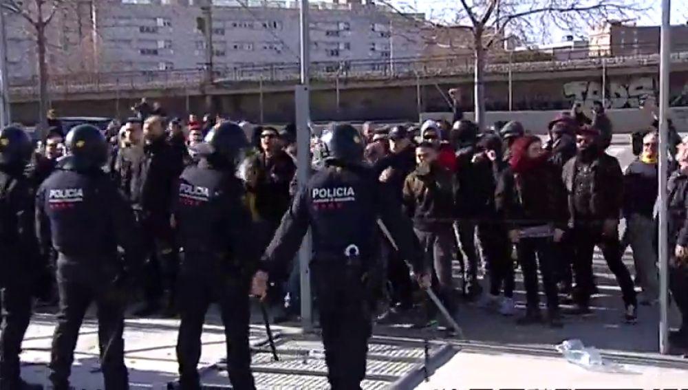 Los Mossos dispersan una protesta contra un acto de Vox en L'Hospitalet de Llobregat