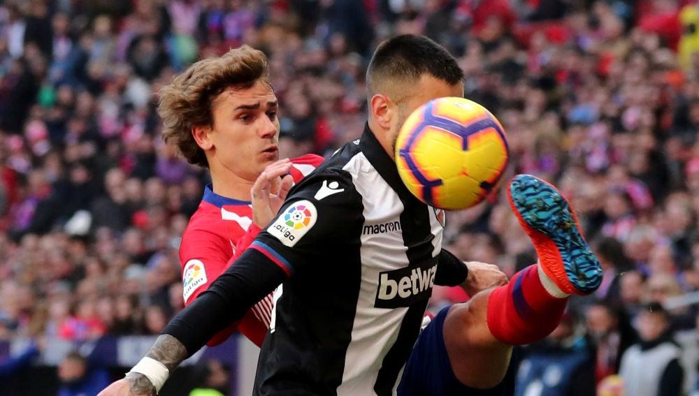 Momento del partido entre Atlético de Madrid y Levante
