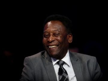 El exjugador brasileño Pelé sonríe en un acto