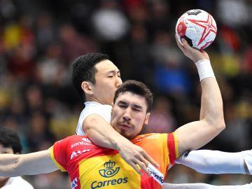 Alex Dujshebaev intenta lanzar a portería ante Japón