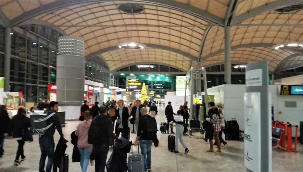 Pasajeros en la terminal de salidas del Aeropuerto de Alicante-Elche