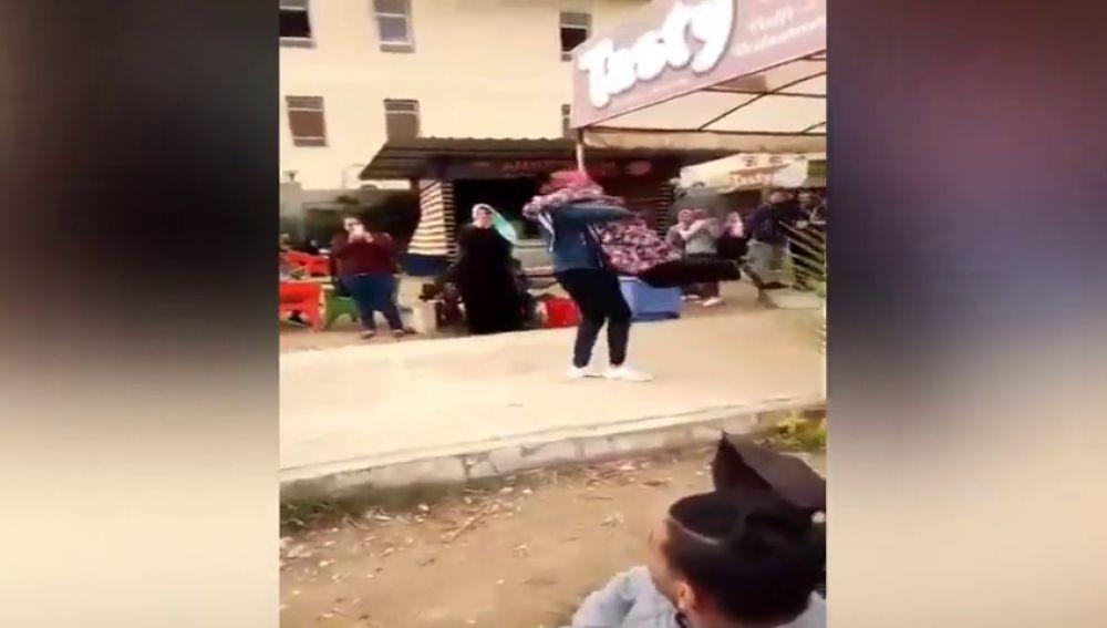 Expulsan de una universidad egipcia a una chica por abrazar en público a su novio