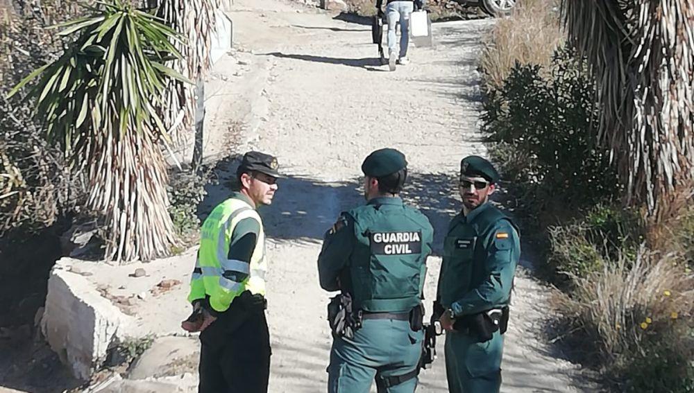 Efectivos de la Guardia Civil en la zona de Totalán (Málaga) donde un niño de dos años ha caído a un pozo