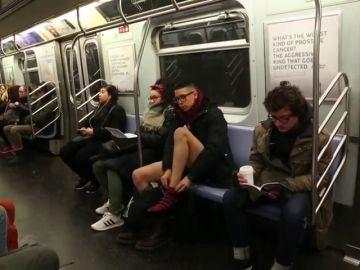 Cientos de personas viajan sin pantalones en el metro de Nueva York
