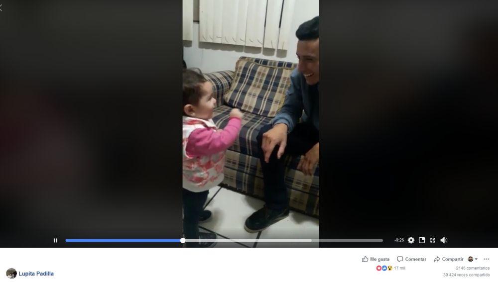 Niña de dos años habla con su padre sordo