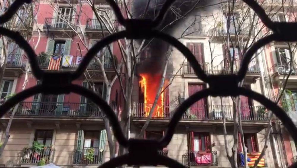 Espectacular incendio en el Raval: sale de la ducha y se encuentra el comedor en llamas