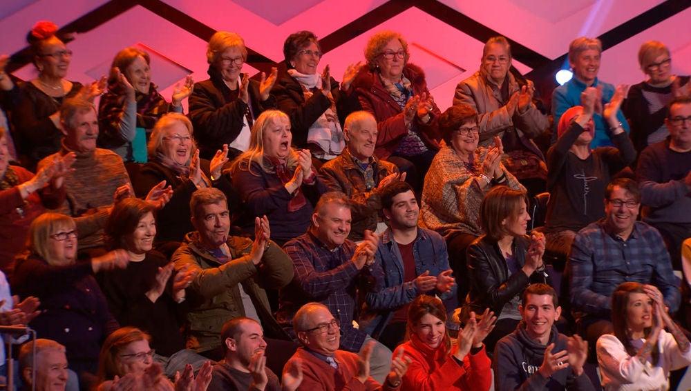 El público de '¡Boom!' entra en un divertido bucle de aplausos gracias al equipo rival de 'Los Lobos', los 'Quintismikis'