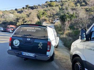 Un coche de la Guardia Civil en el lugar donde el niño de dos años ha caído a un pozo en Totalán (Málaga)
