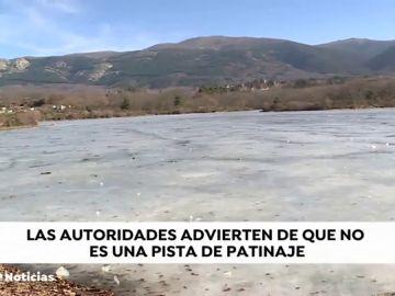 Protección Civil alerta sobre la peligrosidad de caminar sobre el hielo de los embalses