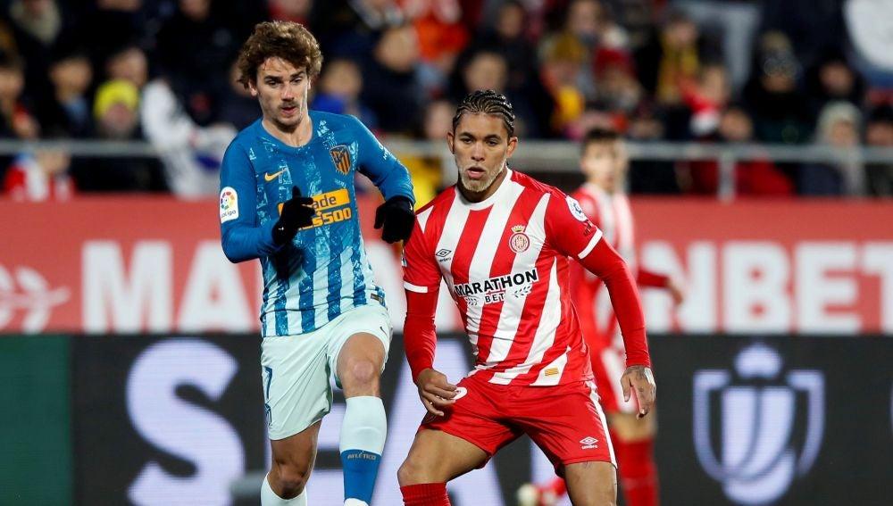 Griezmann presiona a Douglas Luiz en el duelo de ida