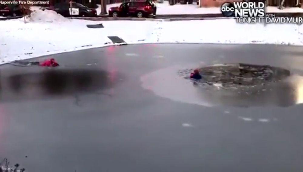 El rescate de un niño de once años que cayó en un estanque helado en Illinois
