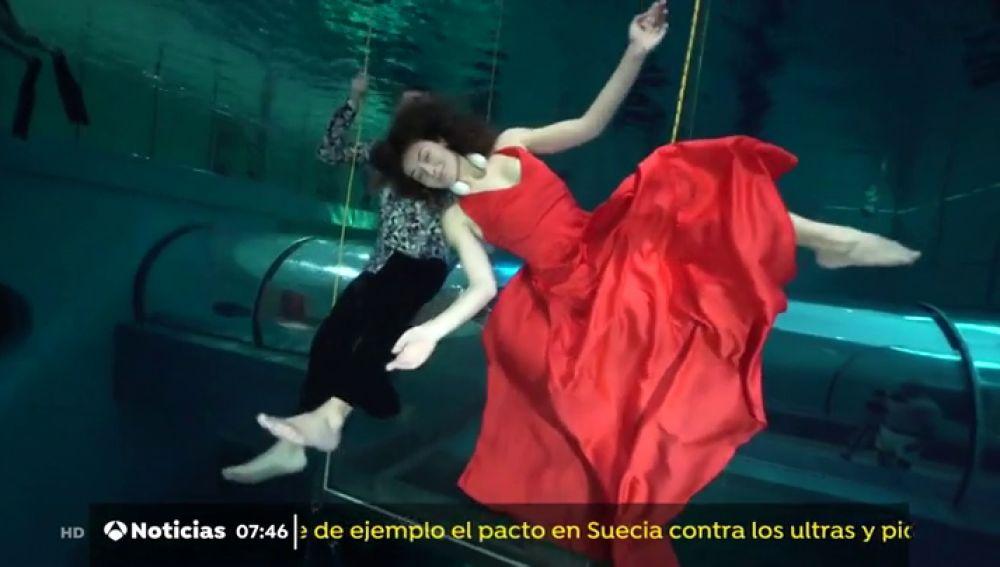 Una pareja de submarinistas bate un récord con una coreografía de 3 minutos y medio bajo el agua