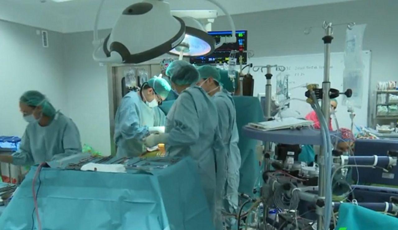 Imagen de archivo de unos cirujanos realizando una operación en quirófano