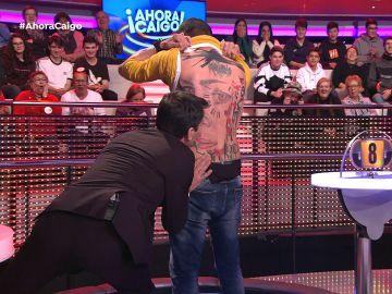 """Arturo Valls besa a la mujer de Sergio en su """"tatuaje ganador"""""""