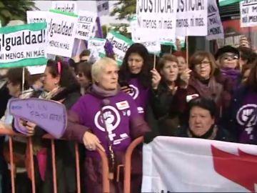 Manifestación feminista ante el Parlamento andaluz