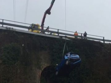 Una conductora herida de gravedad tras precipitarse con su coche por un puente de 15 metros