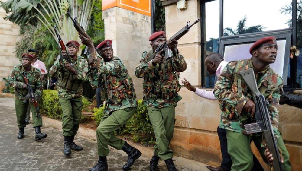 Agentes de policía durante un tiroteo y varias explosiones en un complejo hotelero de Nairobi