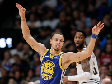 Stephen Curry celebra una canasta ante los Nuggets
